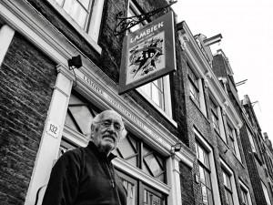Rubens Cordeiro em Amsterdam visita a loja Lambiek, referência da HQ na Europa.